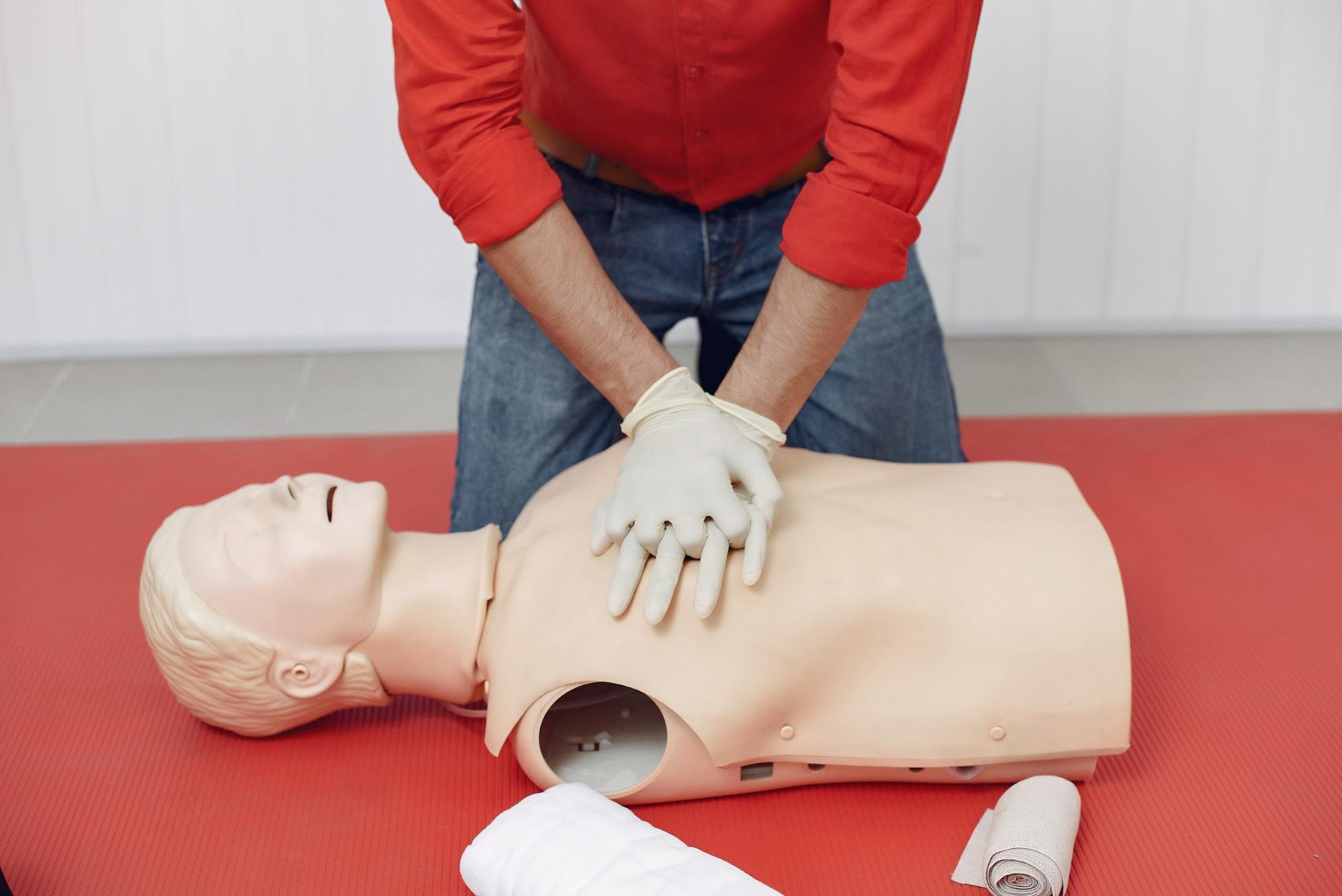comment faire un massage cardiaque